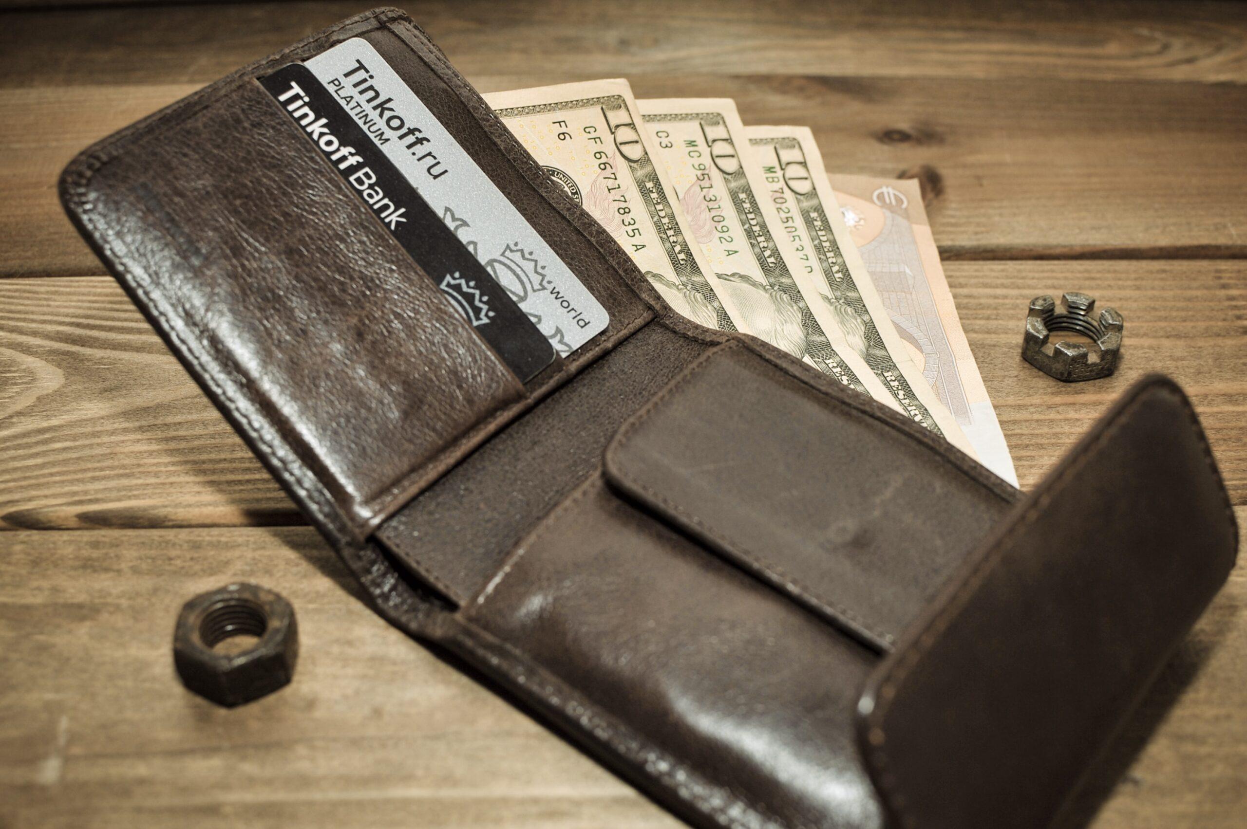 お手入れを行うことで、革の魅力を引き出す。経年変化を楽しめる、愛着の湧く革財布へ。